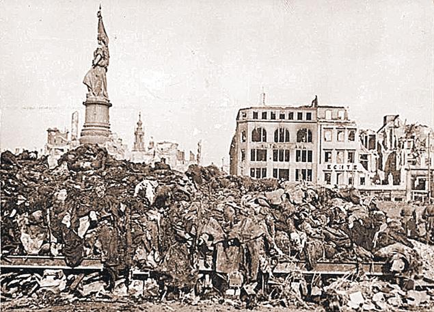 Так выглядел Дрезден после бессмысленных авиаударов союзников за два месяца до Победы.