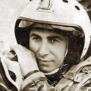 Первым Героем стал летчик Суламбек Осканов, ценой своей жизни спасший людей.