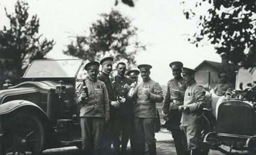 Группа придворных шоферов у автомобилей, принадлежавших собственному его императорского величества гаражу. Петроград, 1914 г.