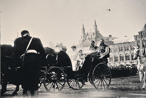 Императрица Александра Федоровна с наследником Алексеем проезжают по Красной площади в карете в сопровождении сотрудников императорской охраны. 1913 г.
