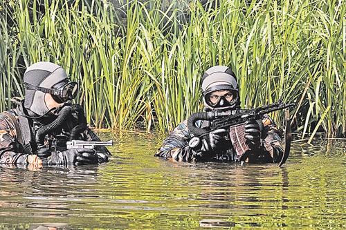 Боевые пловцы ФСО. 2011 г. Они охраняют первых лиц государства во время их передвижения по воде.