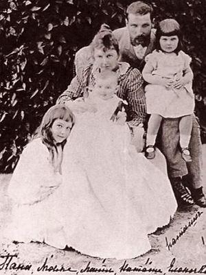 Столыпин с женой и дочками. Под фото - подпись: «Папа, мама, Маша, Наташа, Еленочка». У Столыпина было пять дочерей и сын.