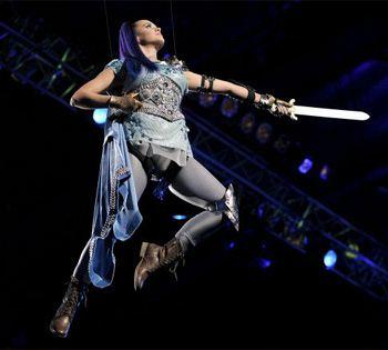 Певица Кэти Перри в своем странном наряде не только ходила, но и летала по залу.