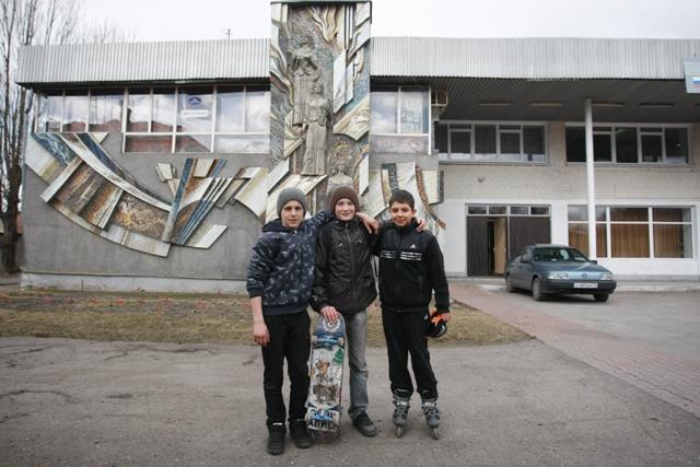 Возле Дома культуры правдинская молодежь занимается спортом. В почете - скейтбординг.