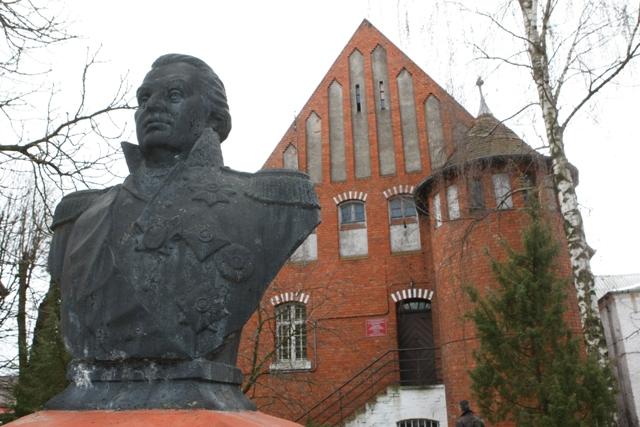 У памятника Кутузову находится сквер, который планируют благоустроить сквер к юбилею.