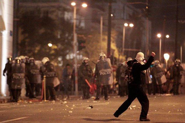 В подоспевшую полицию полетели бутылки с зажигательной смесью и камни. Стражи порядка ответили светошумовыми гранатами и слезоточивым газом