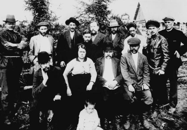 Группа ссыльных большевиков в Туруханском крае. Стоят: Иосиф Сталин (третий слева), Яков Свердлов (третий справа). 1915 год.