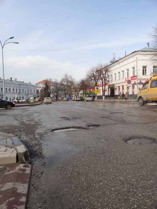 Так выглядят дороги в самом центре Ульяновска.