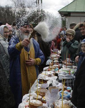 В Великую субботу во всех приходах батюшки будут освящать куличи, творожные пасхи, яйца и другие продукты.