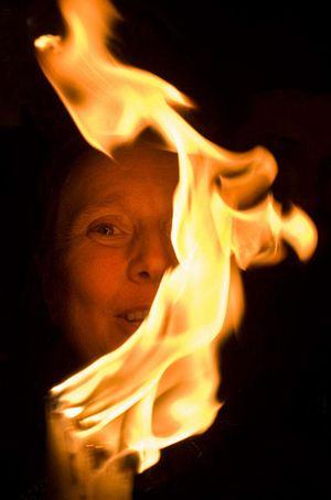 Благодатный огонь привозят в Россию из Иерусалима. Каждый верующий в день праздника может зажечь от него свою свечу.