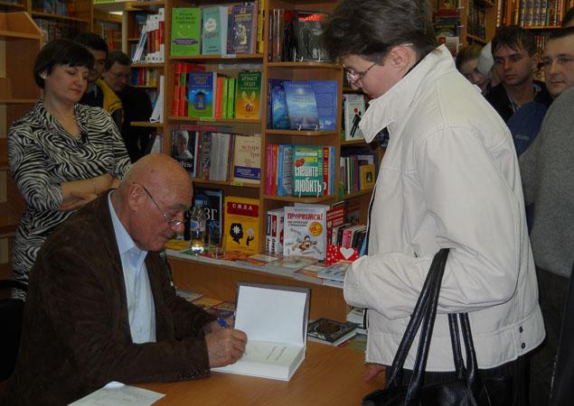 Владимир Познер рассказал о книге, ответил на вопросы поклонников и раздал автографы