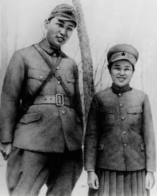1941 год, Уважаемый и Любимый Вождь с женой - Ким Чен Сук. Фото сделано под Уссурийском.