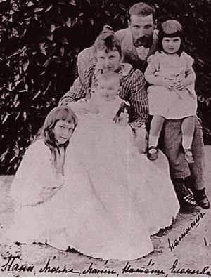 На фото Столыпин с женой и детьми. Его сын и дочь тоже пострадали во время одного из покушений.