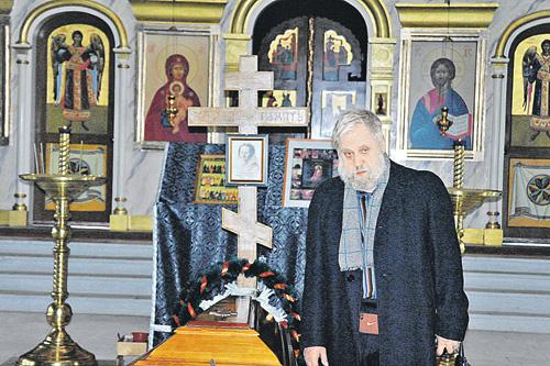 Дмитрий Андреевич Достоевский (правнук писателя) у праха своей прапрабабушки.