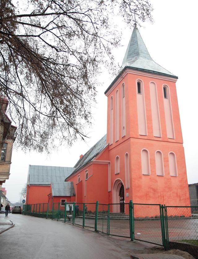 Церковь Иоанна Предтечи покрасили в удивительный персиковый цвет.