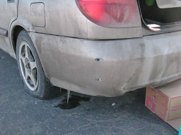 Пули полицейских пробили «Ниссану» бампер и заднее левое колесо.
