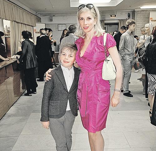 Семилетний Гриша рядом с мамой Аленой ведет себя как настоящий джентльмен.