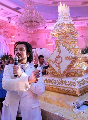 Даже торт на дне рождения Филиппа был с вензелями и увенчан короной.