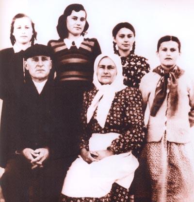 Семья Марии Биешу - примадонна в центре (она - старшая сестра). С сестрами и сделала свою первую в жизни постановку.