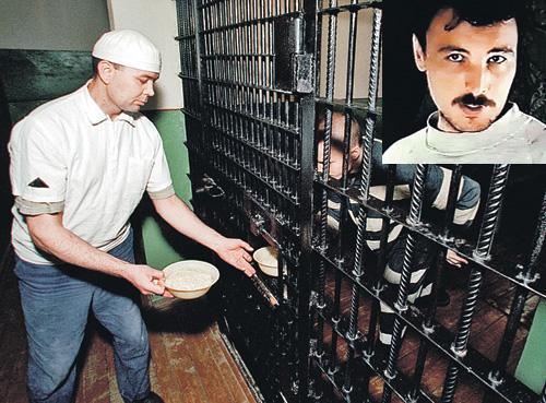Олег Рыльков (на фото вверху) изнасиловал 37 малолетних девочек и четырех убил. В ответ государство взяло на себя обязательство кормить и лечить это животное и ему подобных до конца их поганой жизни.