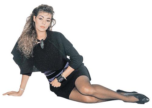 А так звезда выглядела в конце 80-х. Слагаемые фирменного стиля: кудрявая грива, макияж