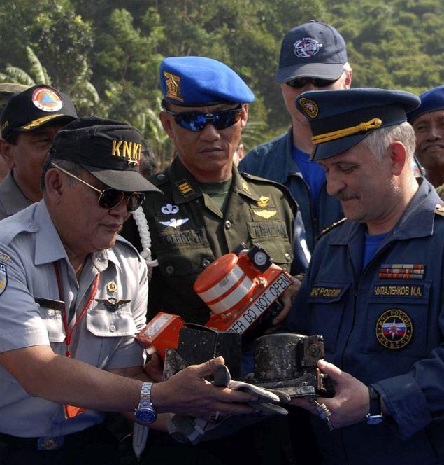 Индонезийские и российские спасатели нашли «черный ящик» и приступили к его расшифровке.