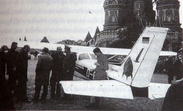 Автограф-сессия закончилась быстро: очень скоро самолет окружили люди в плащах и фуражках...