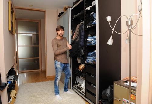 В прихожей оборудован вместительный шкаф - одежды и обуви у звезды много.