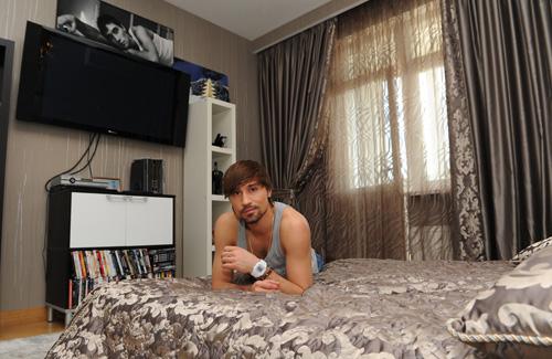 Спальню певец не стал загромождать мебелью - в ней только самое необходимое. Гостевая спальня оформлена аналогично хозяйской.