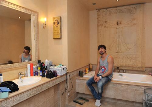 Звездный статус предполагает тщательный уход за внешностью - тюбиков и пузырьков в ванной у Билана немало.