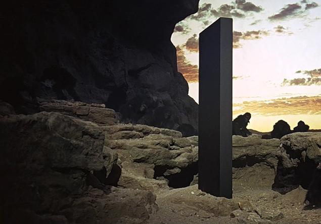 """Монолит из """"Космической одисеи 2001 года"""" Артура Кларка и Стенли Кубрика. Конкретно этот установлен на Земле. А есть еще на Луне, рядом с Юпитером и где-то в 20 тысячах световых годах от Солнечной системы"""