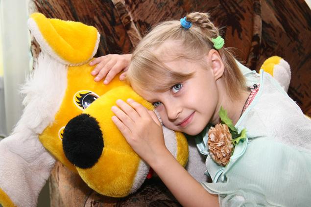 Оле семь лет, и в этом году она пойдет в первый класс. Девочка мечтает, что в школу ее поведут  мама и папа.