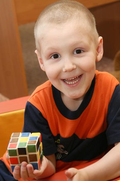 Артему 5 лет. Он общителен, легко идет на контакт, любит играть, но отдельно от детей.