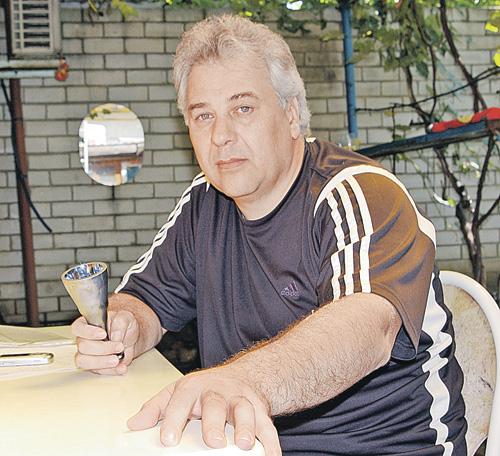 Игорь Подухевич с «исцеляющей чашей», доставшейся от прадеда.