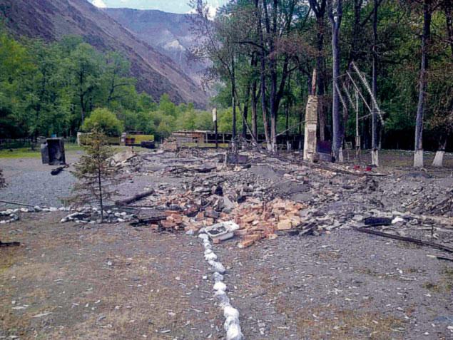 На этом фото, сделанном побывавшими на месте ЧП пограничниками, видно - деревянный погранпост сгорел дотла.
