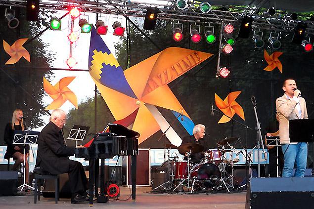 Легендарный латышский композитор Раймонд Паулс выступает со своим ансамблем музыкантов на фестивале «Летние ритмы JAZZ TIME».