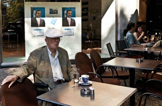 Обычная картина в афинских кафе - греки могут целый день сидеть с одной чашкой кофе. Сами они говорят: для нас это то же, что для вас, русских, стопка водки в тяжелые времена.