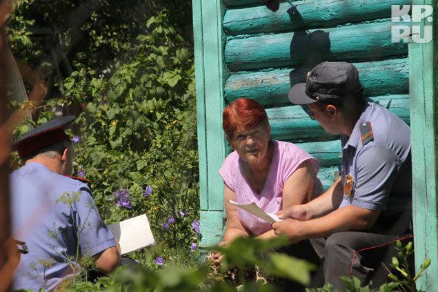 Полицейские допрашивают свидетелй