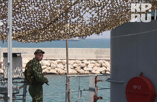 Караул на плавмастерской несут пехотинцы Черноморского флота.
