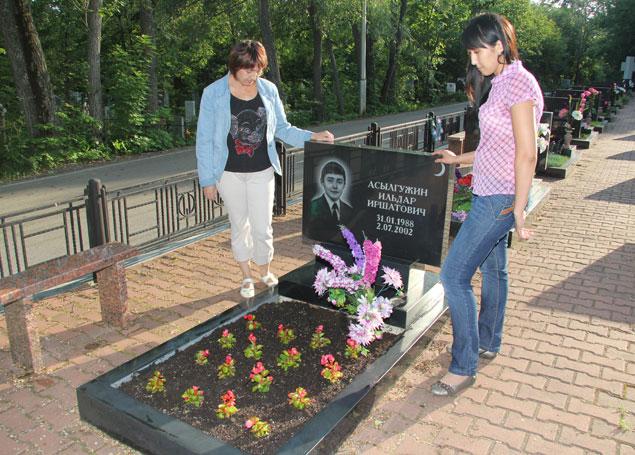 Дамира Асылгужина каждый год сажает на могиле сына новые цветы