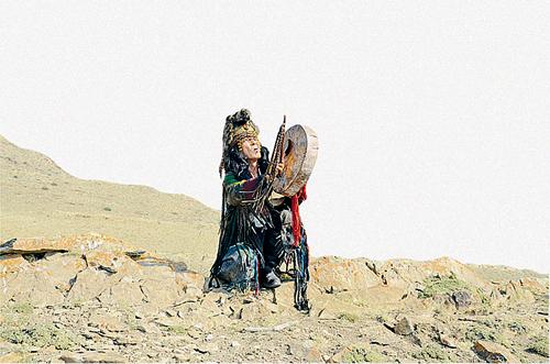 Местный шаман обращается к духам земли: отдайте сокровища!