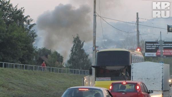 Звонок о пожаре в Ижевске поступил в 20.40, через три минуты пожарные были на месте.