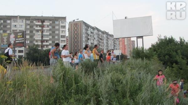 Пожар в Ижевске привлек внимание зевак и детей.