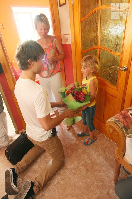 Племяннице Ульяне певец вручил букет цветов.