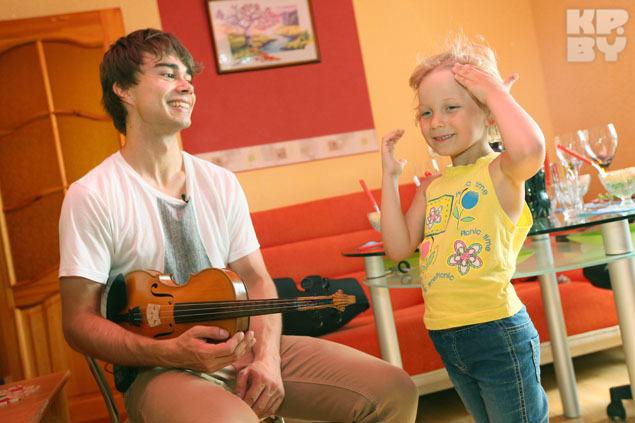 Свою племянницу Саша попытался научить играть на скрипке.