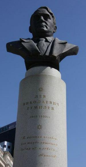 Памятник российскому историку Льву Гумилеву в Казани с его изречением в защиту татар.