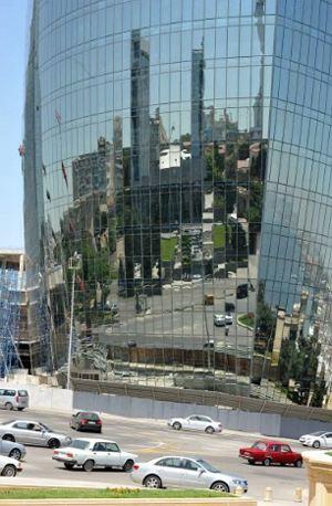 Нефтедоллары прорастают в Баку современными небоскребами. Больше блеска и роскоши - вот лозунг нового Азербайджана.