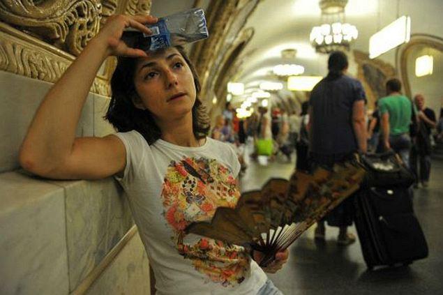 От жары и духоты в подземке нашего корреспондента не спасли ни веер, ни вода.