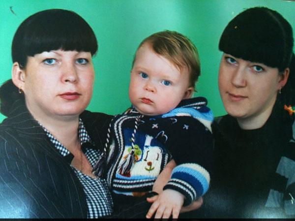 Племянник выпускницы колледжа Лены Носковой (на фото справа) Илюша был самым младшим из погибших.