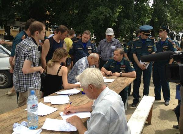 Глава МЧС Владимир Пучков лично принимал заявления у жителей Крымска.